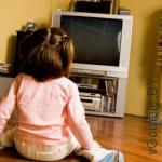 девочка смотрит мультики