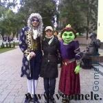 ростовые куклы возле театра кукол в Гомеле