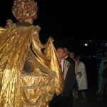 мэр Гомеля Виктор Пилипец здоровается с карнавальным персонажем