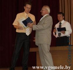 бывший ректор ГГТУ им. П.О. Сухого вручает Андрею диплом