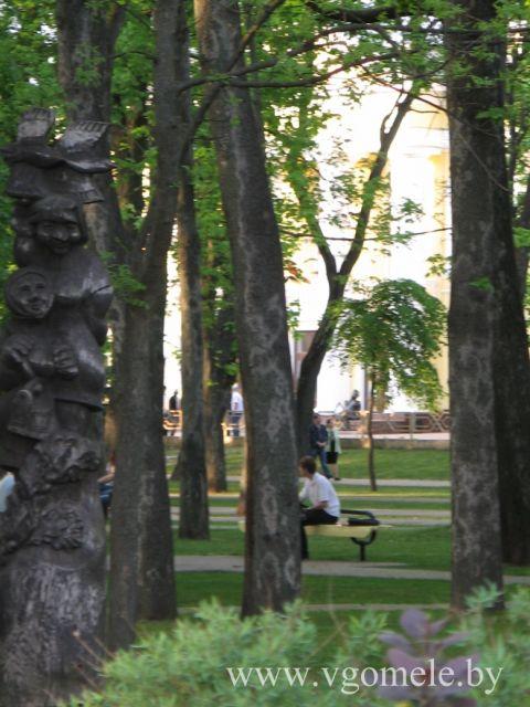 Деревья и фигура