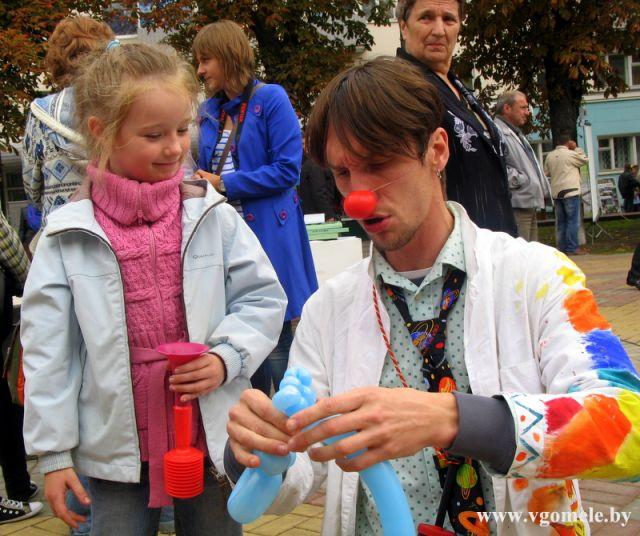 Клоун развлекает девочку