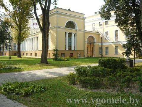 Вид сбоку на дворец Румянцевых в парке