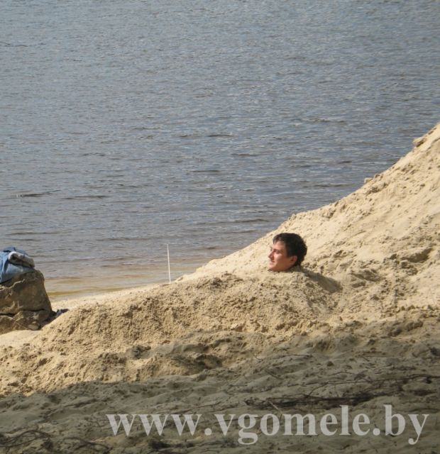 В песке